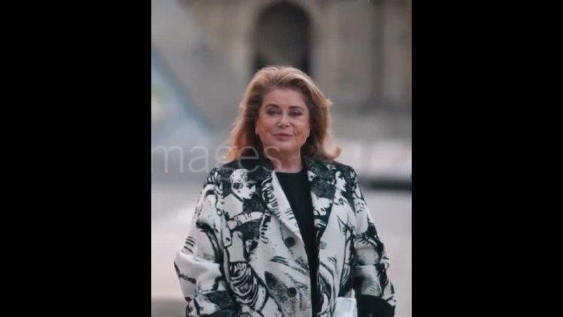 2021 1080p Catherine DENEUVE @ Paris Fashion Week 5 octobre 2021 show Louis Vuitton 6