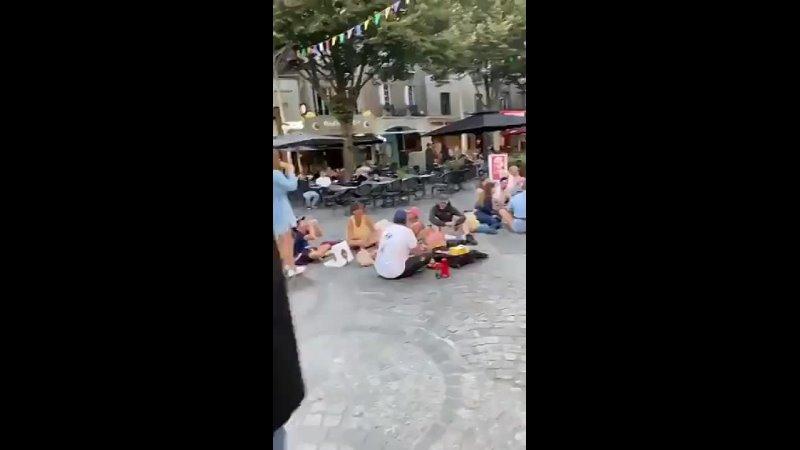 Франция рестораны пусты улица заполнена свободными и счастливыми семьями обедающими вместе