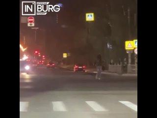 В Екатеринбурге женщина шла по проезжей части, игн...