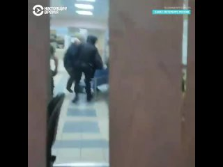 Наблюдатели в Петербурге записали на видео, как силовики избивали кандидата в депутаты