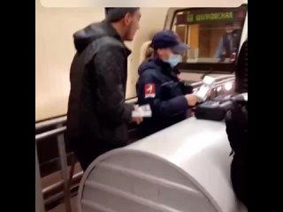На «Щелковской» стражница масочного режима пыталась оштра...