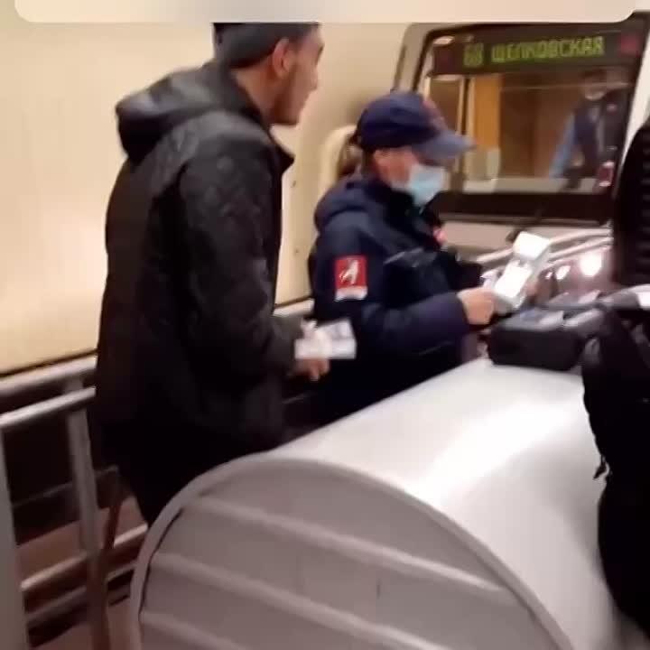 На «Щелковской» стражница масочного режима пыталась оштрафовать парня за отсутствие маски.