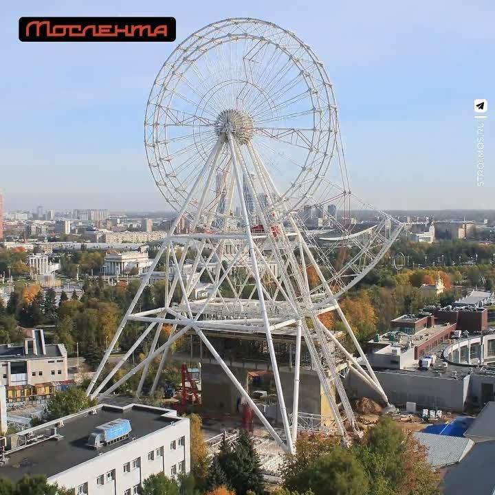 Строительство «Солнца Москвы» на ВДНХ засняли на видео.