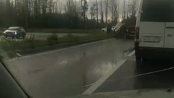 У водителя Volvo утро не доброе. На Парашютной улице у завода Nissan на него со встречки залетел...