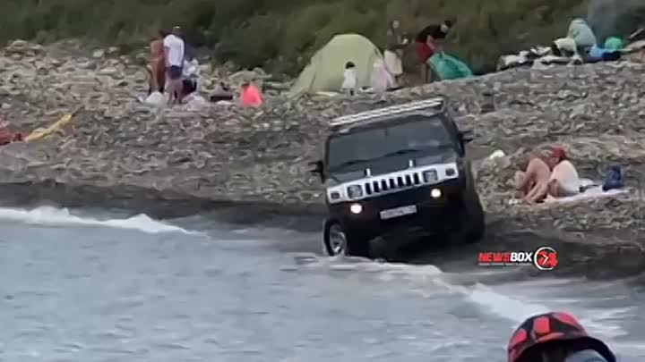 Во Владивостоке на пляже от души покатался мужик на Хаммере с якутскими номерами. Судя по ...