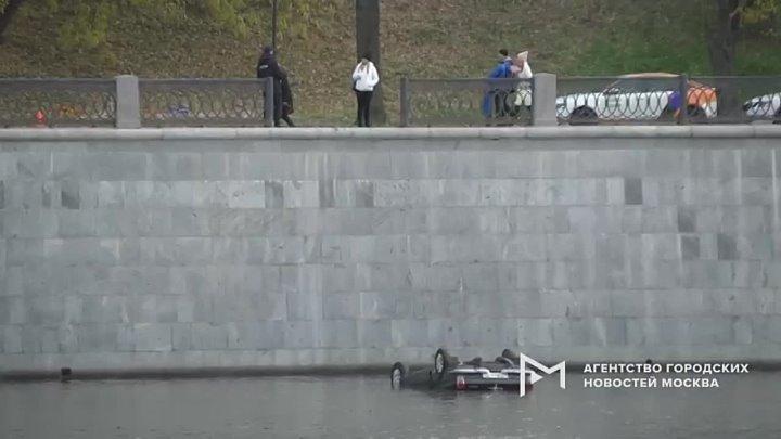 Последствия падения черной «Волги» в Москву-реку на набережной Тараса Шевченко во время съемок фильма.