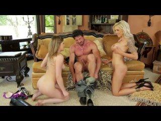 Возбужденные мама и дочь ублажают счастливого отца семьянина минетом Horny mom and daughter please happy family man with blowjob