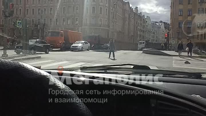 Будьте бдительны. Петропавловский мост на набережной реки Карповки. Девушка мешает проезду, прыгает ...