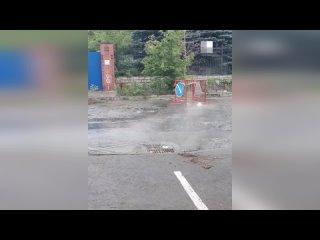 На дороге в центре Екатеринбурга уже больше месяца бьет гейзер