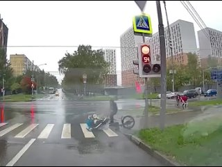 Курьер «Яндекса» сбил маму с коляской на юге Москв...