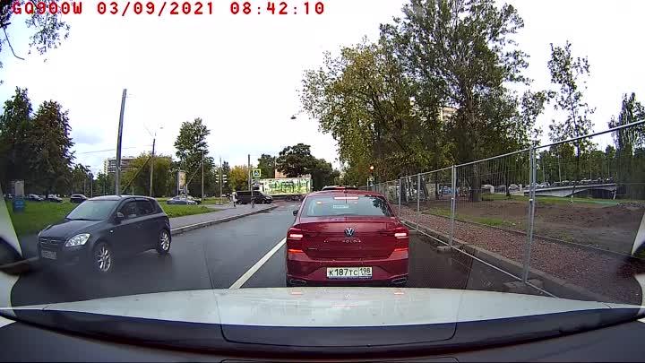 Метро Новочеркасская, странный водитель объехал всех по встречке и плюс чуть не проехался по пешеход...