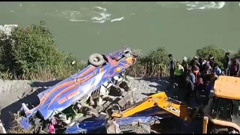 Пассажирский автобус упал с обрыва в Индии 28 10 2021