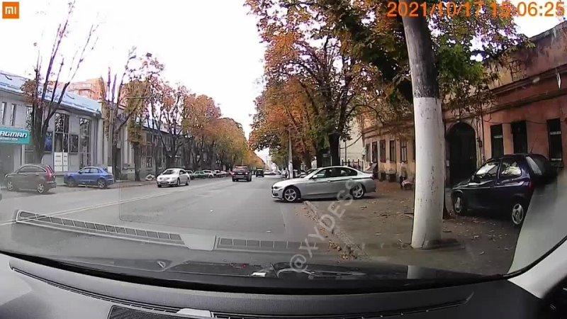 В Одессе мужчина на BMW не смог выехать на дорогу. И позвал на помощь свою... [читать продолжение]