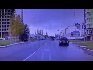 😱В Нижневартовске внедорожник чуть не сбил ребёнка-велоси...