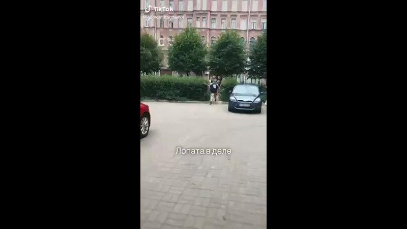 В Питере местный робокоп въебал с лопаты молокососам зато что кричали Слава Украине прямо во дворе его дома