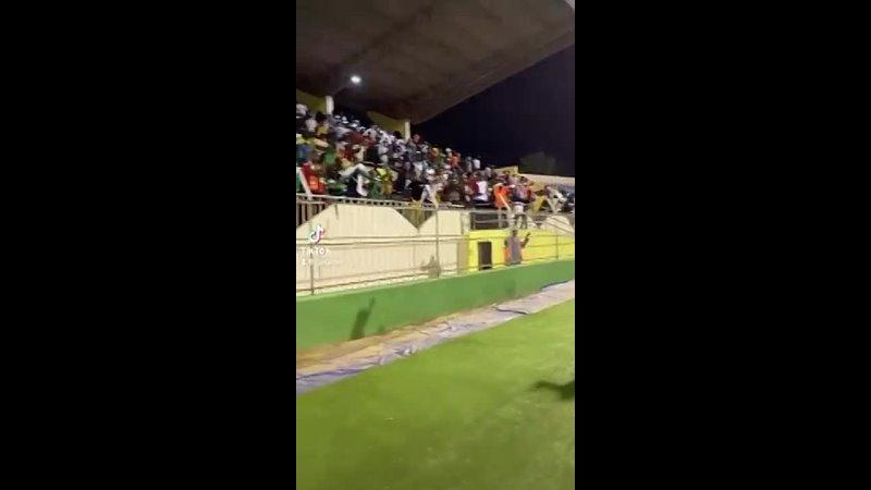 Sadio Mané en communion avec le public à la fin du match Taggat