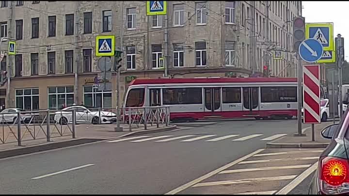 Кондратьевский проспект. Таксист на KIA K5 не учел, что хвост трамвая убегает с рельс на добрый метр...