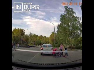 Девочка на самокате едва не попала под колеса автомобиляВ...