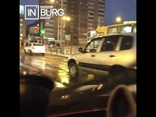 На перекрестке 8 марта - Большакова автобус въехал...
