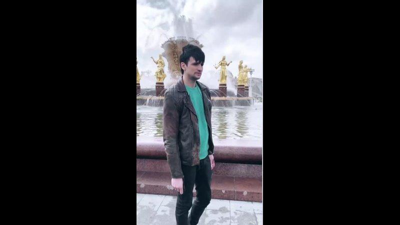 Колдун на фоне фонтана