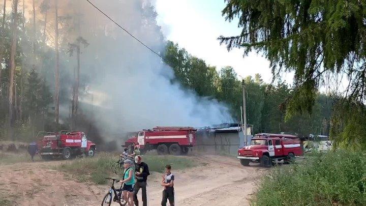 На выезде в Кизнер сгорела баня