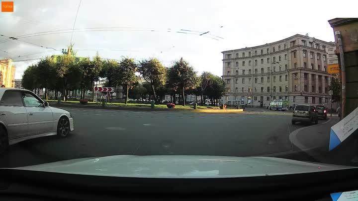Неожиданный маневр водителя Тойоты на площади Стачек.
