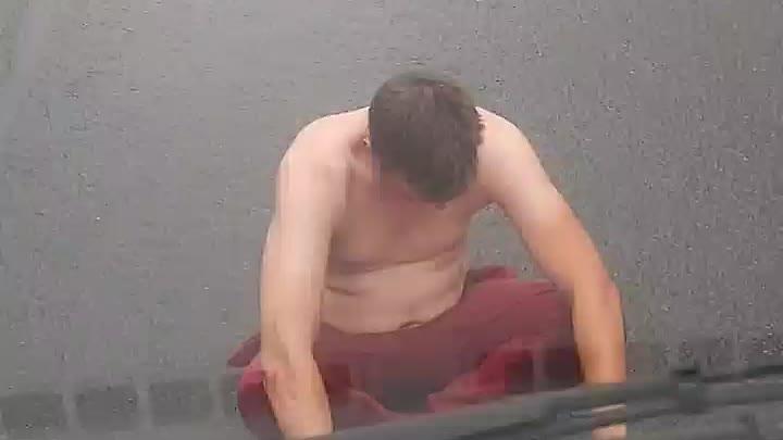 С утра на Адмиралтейской набережной неадекватный гражданин бросался под колёса авто.