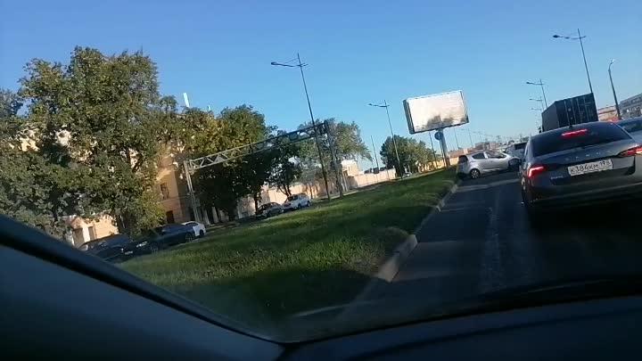Авария на Витебском сразу после перекрестка с Благодатной в сторону центра, пробка растет.