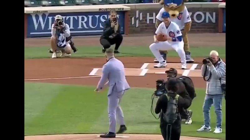 Конор Магрегор сделал символический бросок перед началом бейсбольного матча
