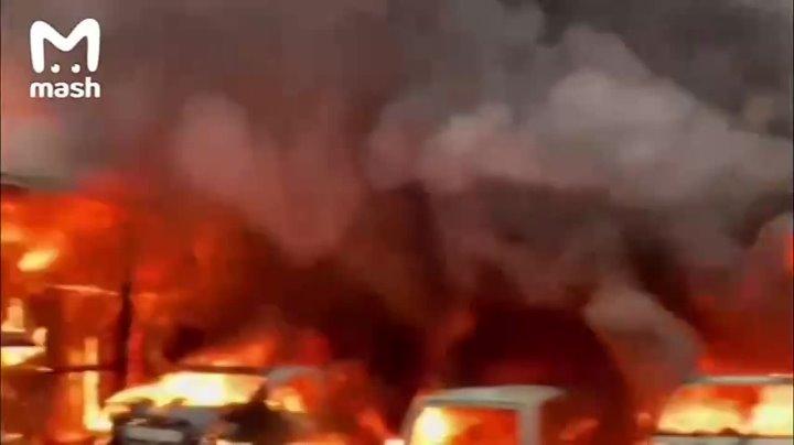 Нексколько машин сгорели в результате пожара на юге Москвы