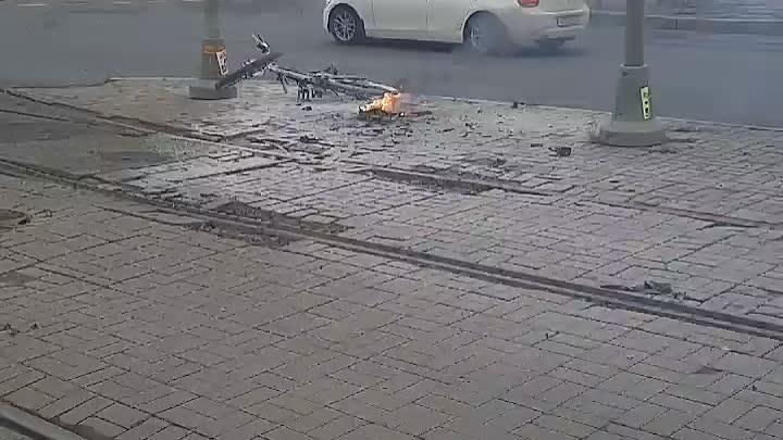 Пересечение Дальневосточного проспекта и улицы Дыбенко. Чей-то велосипед с поставленным мотор-колесо...