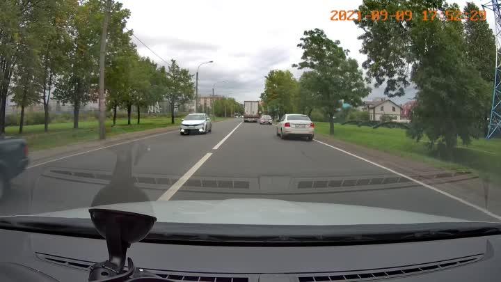 Водитель фуры решил развернуться на перекрестке, где движение только прямо и направо. Мелочь, а непр...