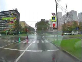 В Москве курьер сбил коляску с ребенком. В шоковом...