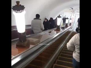 Пассажиры метро заметили мужчину, который изо всех...