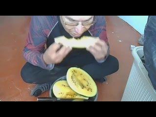 Дезинфектор из Екатеринбурга съел арбуз, обильно п...