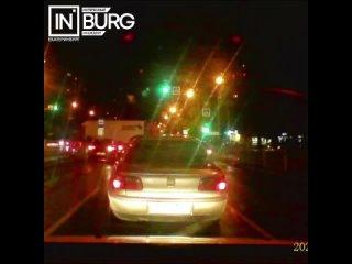 В Екатеринбурге авто без водителя съехало с парковки на д...
