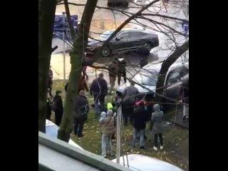 Прохожие спасли ребенка, попавшего под автомобильН...