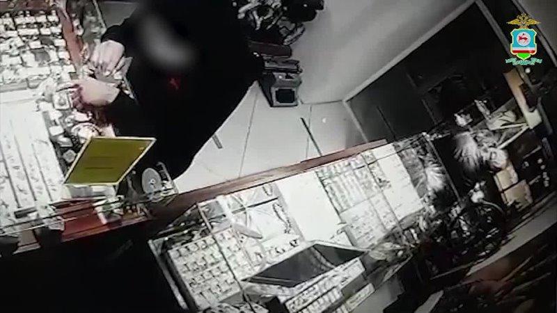 В Якутске полицейские задержали мужчину подозреваемого в краже ювелирных изделий и разбойном нападении на продуктовый магазин