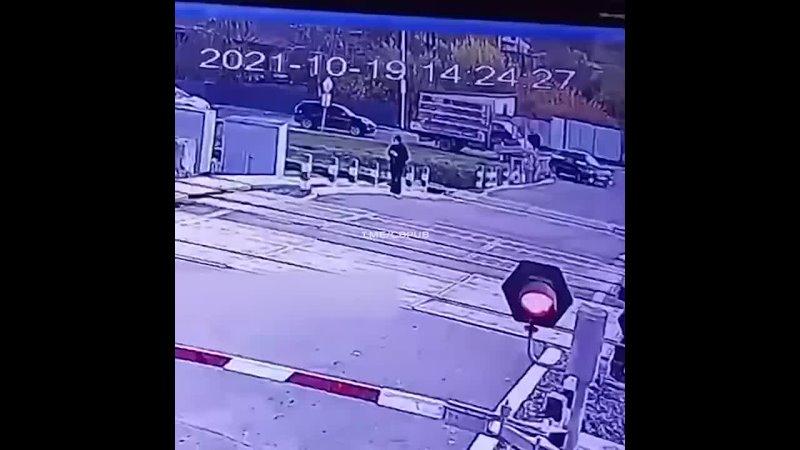19-летняя девушка в наушниках, пропустила один поезд но не заметила другой. Будьте аккуратнее и объясните... [читать продолжение]