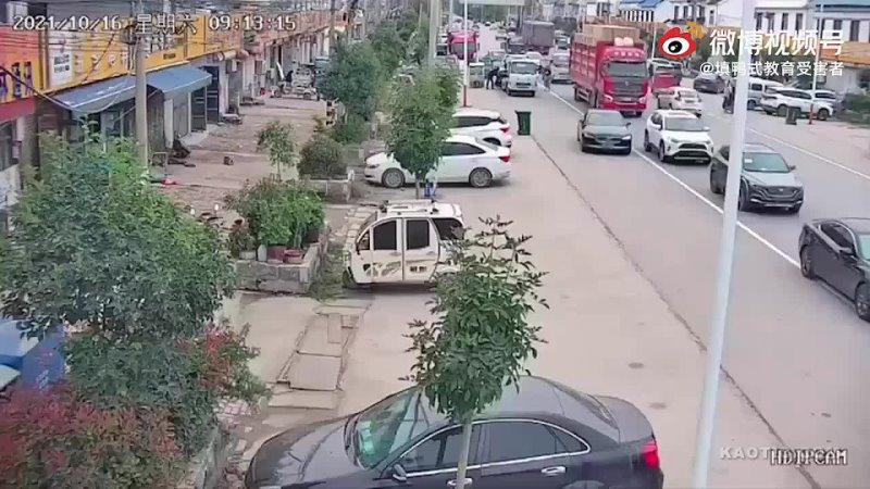 Велосипедист попал в слепую зону грузовика. ⚠ Будьте аккуратнее на дорогах и соблюдайте правила дорожного... [читать продолжение]