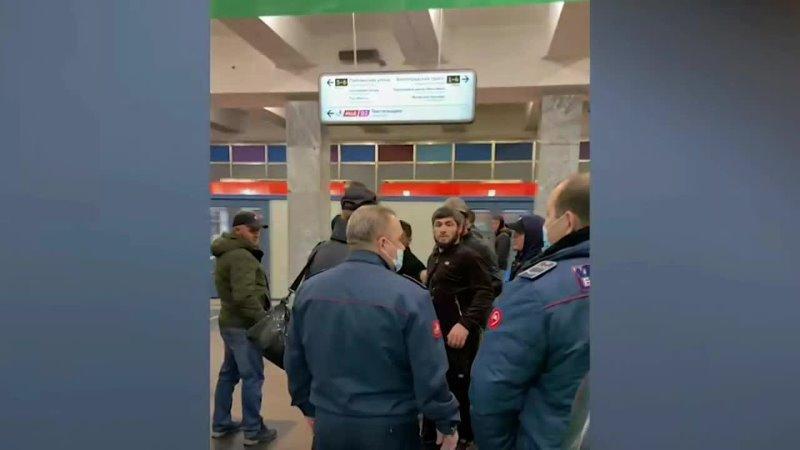 Пассажиры метро защитили девушку к которой приставали бородатые товарищи