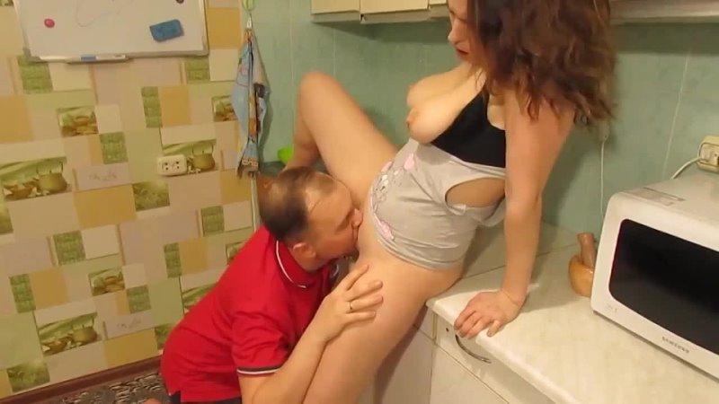 Не удержался и оттрахал свою приемную дочь прямой на кухне