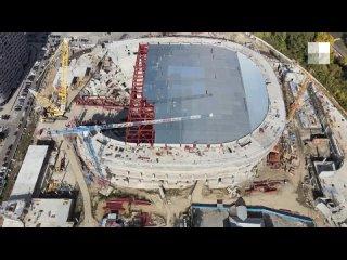 На ледовой арене УГМК строители заканчивают монтир...