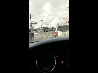 В Екатеринбурге из кузова КамАЗа выпали металличес...