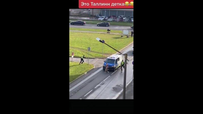 🇪🇪 Эстонская полиция с электрошокерами vs голый правонарушитель с ножом Полицейские будни в Таллине