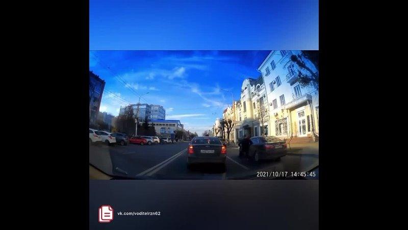 😱 Сегодня в центре Рязани на улице Ленина молодые люди напали на стоящий автомобиль Toyota Camry и пытались разбить стекло Р