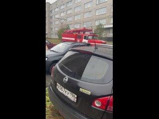 В Каменске-Уральском пожарный расчет заливает водо...