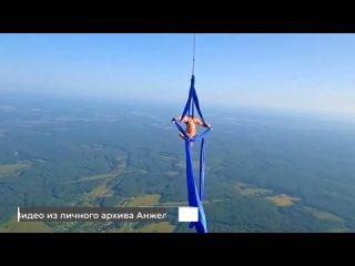 Дирижабль, парящий прямо под облаками с воздушной гимнаст...