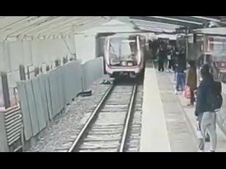 28-летний мужчина прыгнул под поезд на станции мет...