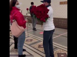 Сегодня в метро дагестанец дарил прохожим женщинам цветы и конфетыНа мужчине была надета футболка с надписью: Я  Дагестанец.